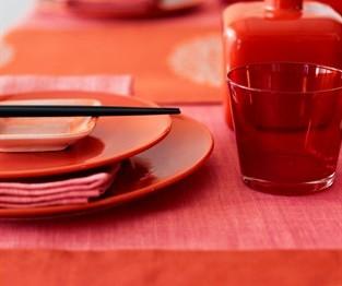 Un trucco per mangiare meno senza accorgersene? Prova con piatti e bicchieri rossi!